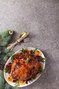 Рождественский стол с запеченной индейкой или курицей, копией пространства для текста.