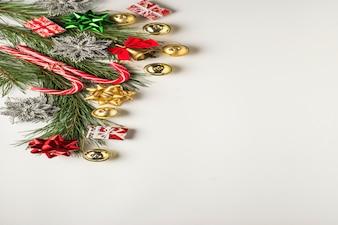 クリスマスの背景。ギフト、モミの枝、装飾品