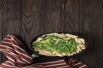 Паста с зеленой фасолью на сковороде