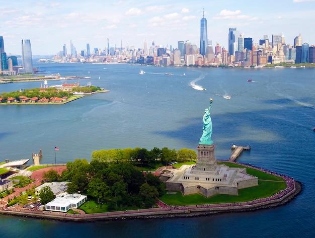 自由の女神像とニューヨーク市