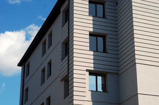 市内中心部の青い空の美しい白い家