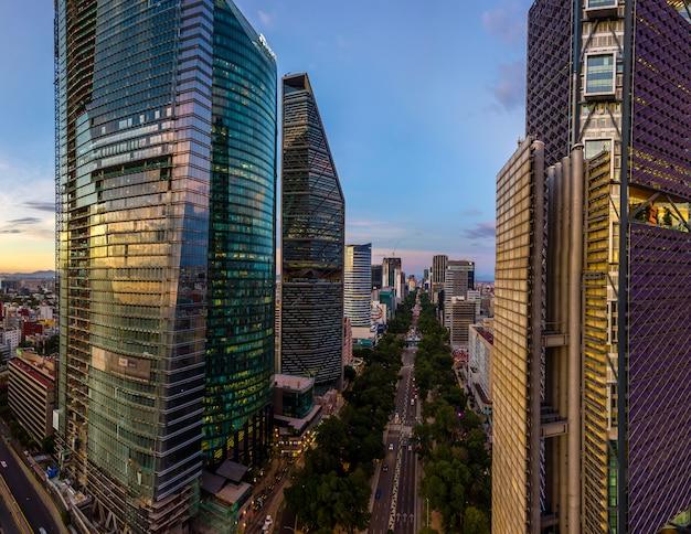 Аэрофотоснимок небоскребов на проспекте реформа в мехико