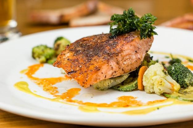 Лососевое блюдо с овощами