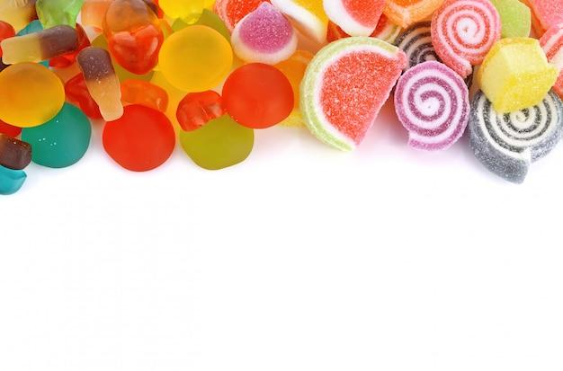 コピースペースで白い背景に分離された砂糖漬けのフルーツゼリー