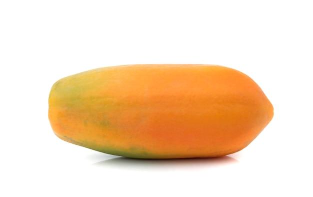 Спелая папайя, изолированные на белой поверхности