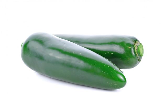 白で隔離されるメキシコの緑の唐辛子