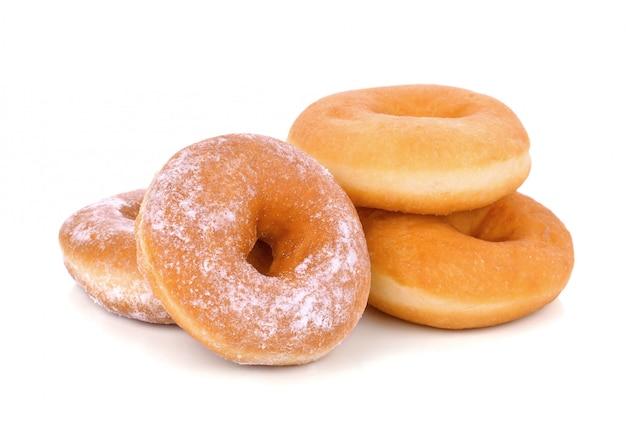 Вкусные пончики, изолированные на белом