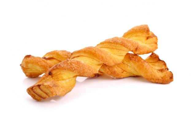 Спиральные хлебные палочки с сыром на белом