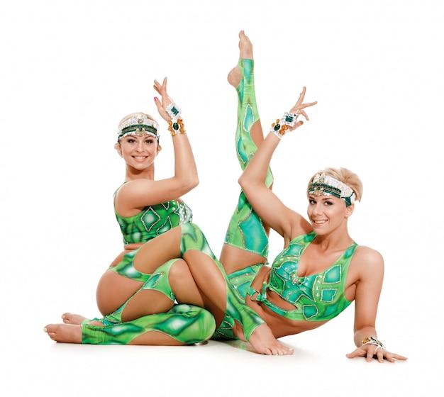 Женщины пара танцоров, акробатов.