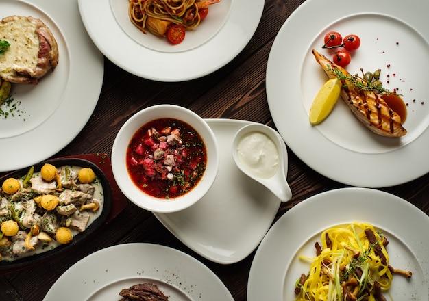 テーブルの上の料理の種類、トップビュー。レストランメニューのコンセプト