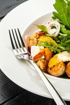 エビ、ルッコラ、チーズ、熟したオレンジスライスの新鮮なシチリアサラダ。