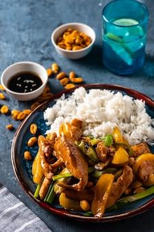 チキン、ピーナッツ、野菜、唐辛子の四川料理。