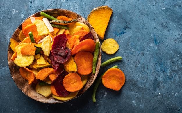 ニンジン、ビート、パースニップ、その他の野菜の乾燥野菜チップ。オーガニックダイエットとビーガンフード