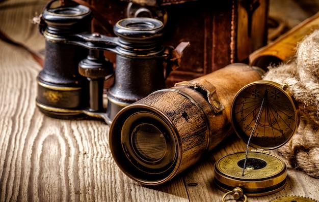 ビンテージグランジ静物。木製のテーブルにアンティークアイテム