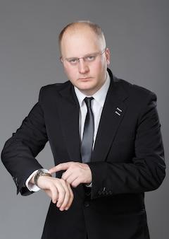 実業家は彼の時計を見て
