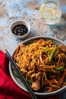 Азиатская лапша со свининой в соусе терияки, с зеленой фасолью, морковью и грибами шиитаке.