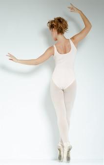 スタジオでのバレエダンサー