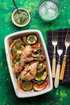 鶏肉とペストのラタトゥイユ。フランス料理。ローズマリーチキンとオーブンでローストしたラタトゥイユ。