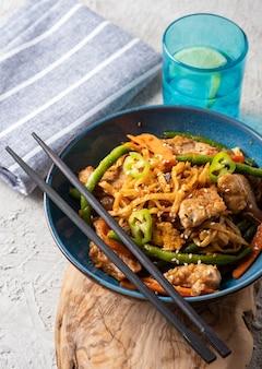 Азиатская лапша со свининой в соусе терияки, с зеленой фасолью, морковью и грибами шиитаке