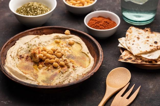 Классический хумус с нутом, паприкой, оливковым маслом и восточными специями