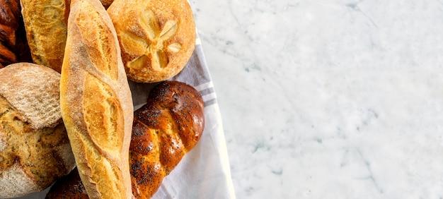 Вид сверху композиции со свежим хлебом.