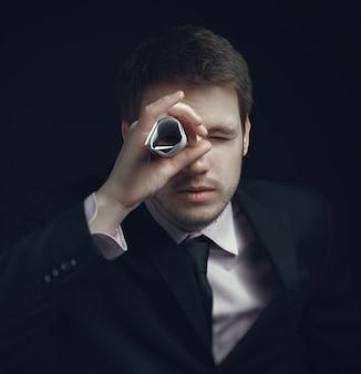 男、ビジネスマン、遠くを見つめ、未来へ。