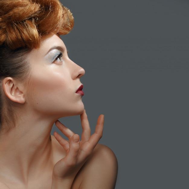 Портрет красоты, красивая женщина, касаясь ее лица.