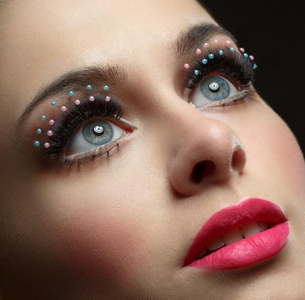 Красивый женский глаз с чрезвычайно длинными ресницами. сексуальный взгляд, чувственный взгляд