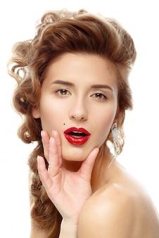 Красивая женщина с ярко-красной помадой