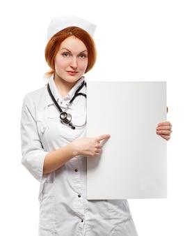 空のホワイトボードを持つ女性医師。