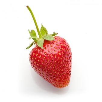 Свежая натуральная спелая красная клубника на белой поверхности,