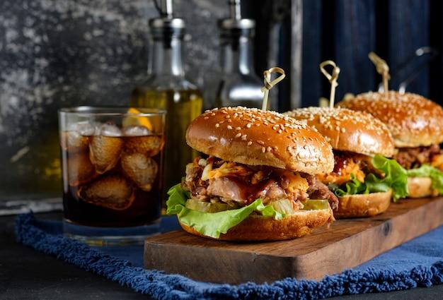 Изысканный свиной бургер с салатом из капусты и соусом барбекю,