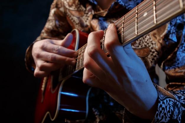 アコースティックギターを演奏するギタリスト