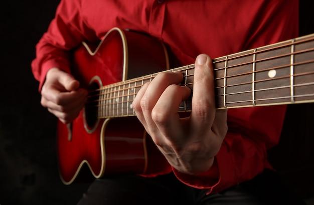 Гитарист играет на акустической гитаре
