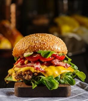 牛肉、ベーコン、チーズ、ブルガリアのコショウと自家製ジューシーなハンバーガー