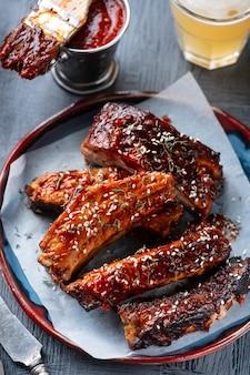 Жареные свиные ребрышки. пряные ребрышки для барбекю. традиционная американская еда для барбекю