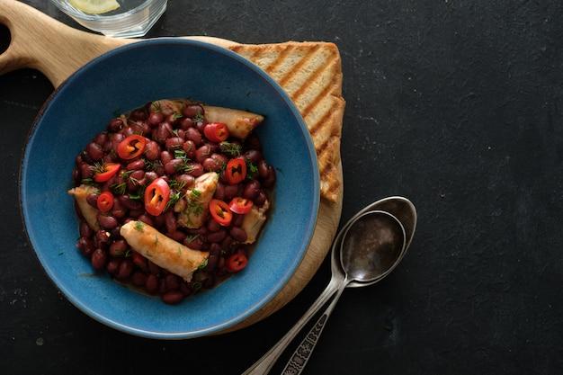 皿にソーセージと小豆。上面図。コピースペース
