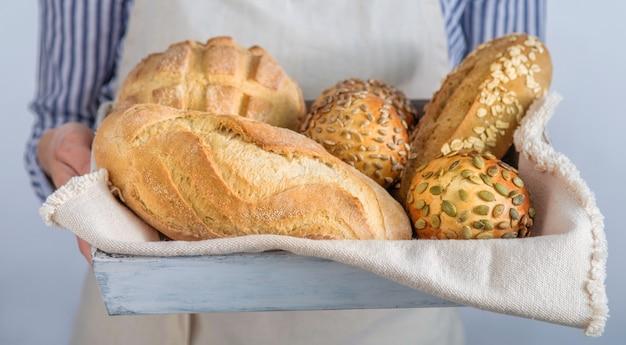 パン職人の手でパンの品揃え
