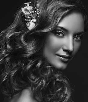 夕方化粧と長いウェーブのかかった髪の美しい女性