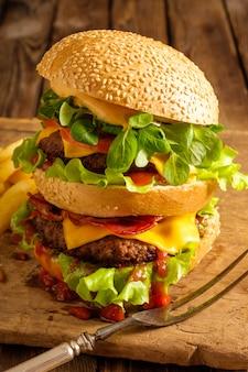 木製の自家製ハンバーガーのクローズアップ