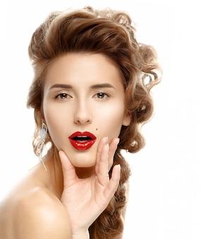 美しさの肖像グラマー美しい若い女性の顔に触れる