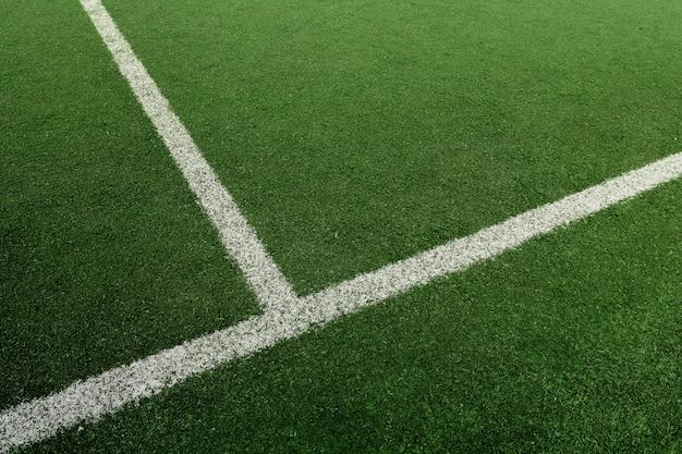 白い線でサッカーまたはフットボールのフィールド
