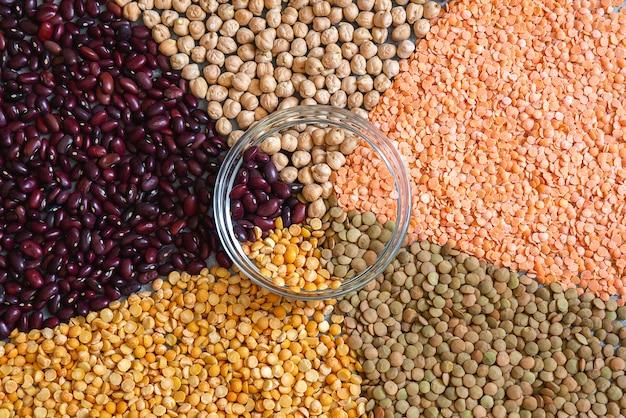 背景の様々なカラフルな乾燥マメ豆