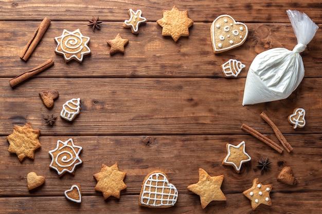 木製の背景にジンジャークッキーのフレーム。