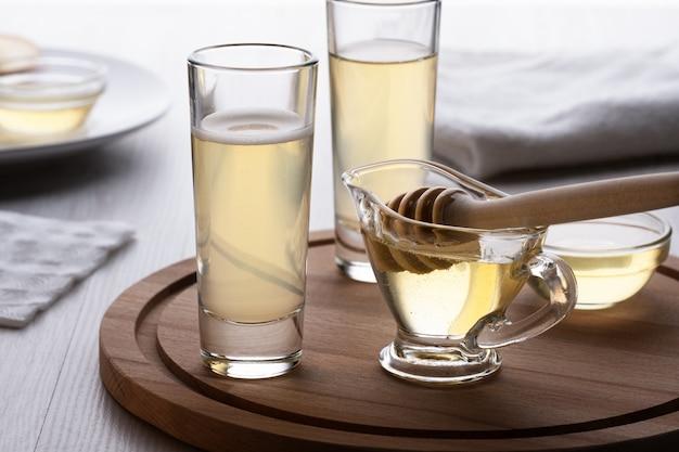 木製のスタンドにガラスの蜂蜜とミード
