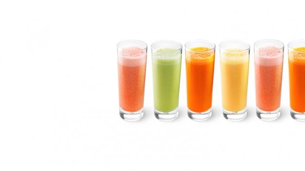 グラスにオレンジ、ニンジン、セロリ、グレープフルーツジュース