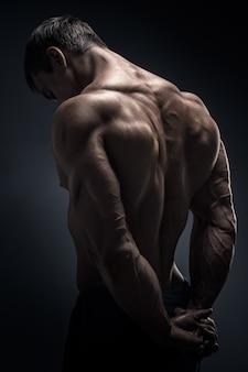 ハンサムな筋肉ボディービルダーが引き返した