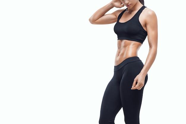 Фитнес спортивный женщина показывает ее хорошо тренированное тело
