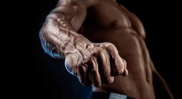 Крупный план спортивной мышечной руки и туловища