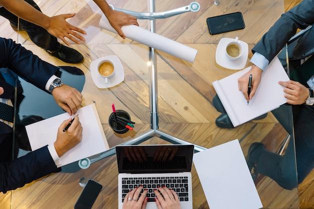 Деловые документы на офисном столе с смартфон и ноутбук